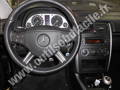 prise obd2 dans les mercedes b class w245 2005 2011 outils obd facile. Black Bedroom Furniture Sets. Home Design Ideas